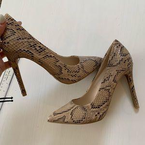 Snakeskin design nude heel size 7